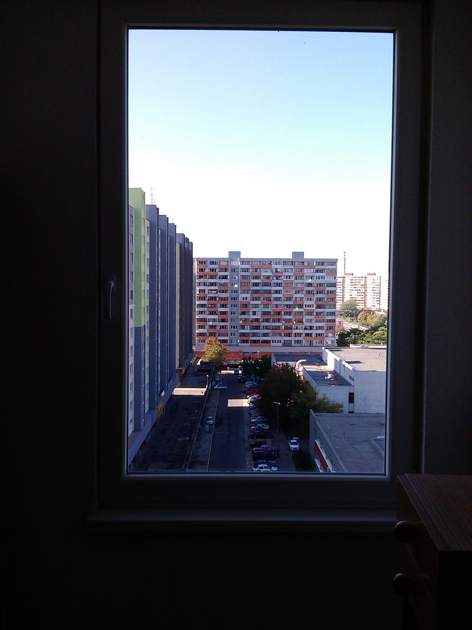 Odstránime polepy, umyjeme okná